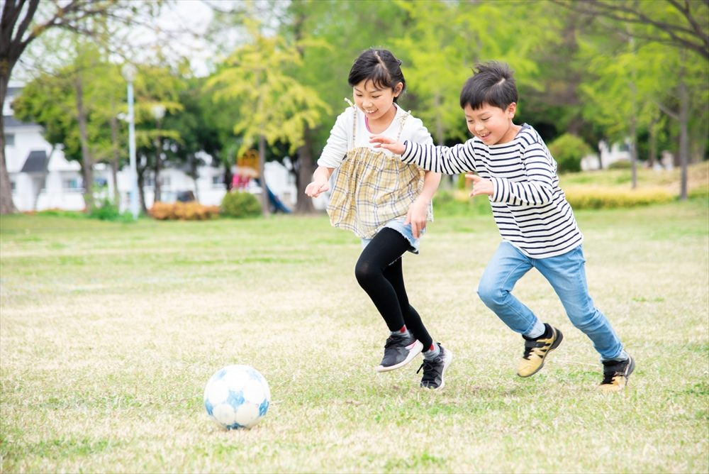 運動する子供